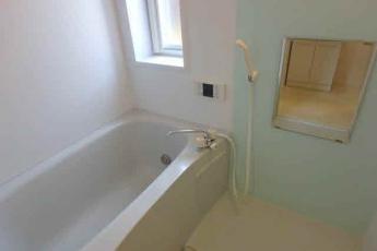 追焚・浴室乾燥機・窓付きのお風呂です