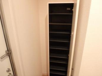 靴がたくさん収納できるシューズボックス付の玄関です(参考写真)