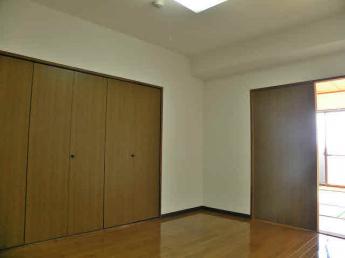 収納スペース豊富な洋室。