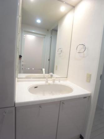 ワイドな鏡の付いた洗面台
