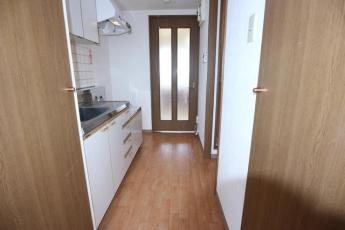 玄関から居室側を向いたキッチンの写真です!