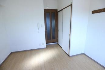 窓から居室内を向いた写真です!