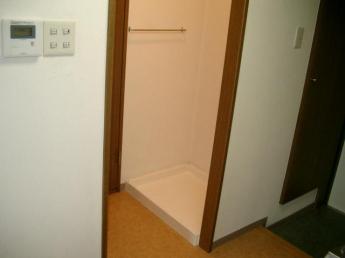 洗濯機置き場は玄関の横にあります!