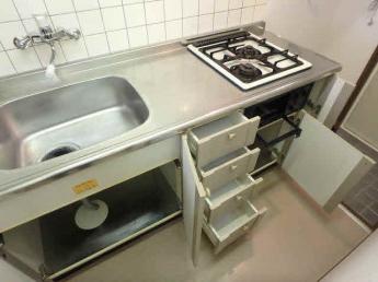 広いまな板スペースのあるグリル付システムキッチンです