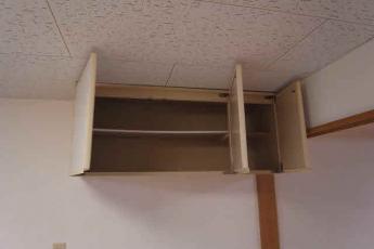 ダイニングキッチンの壁面収納。本物件は6.3帖の広さと収納の豊富さが特徴です。