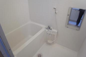 バスルーム・シャワー付き。浴槽も広く小さなお子さんと一緒に入れます。