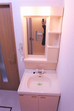 照明・鏡付きの洗面化粧台です