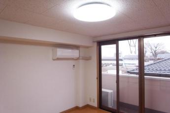 各洋室とダイニングキッチンの照明はLED照明を取り付けております。