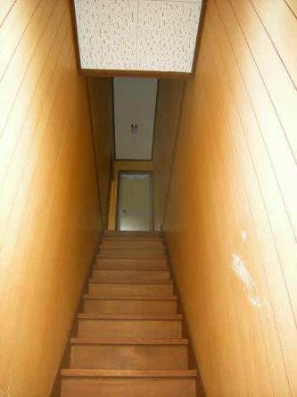 玄関から上へ階段 ちょっと急です