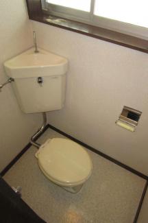 窓付きの明るいトイレです